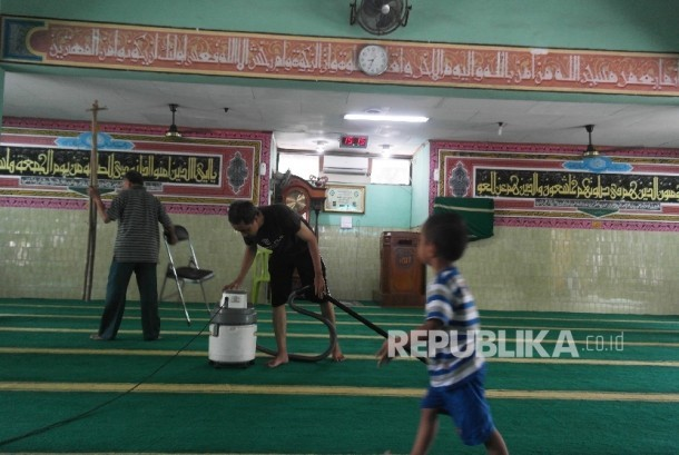 Menyambut bulan Ramadhan, pengurus bersama jamaah Masjid Nurusyifa Jakarta, Ahad (5/6), bergotong royong membersihkan masjid. (Republika/Darmawan)