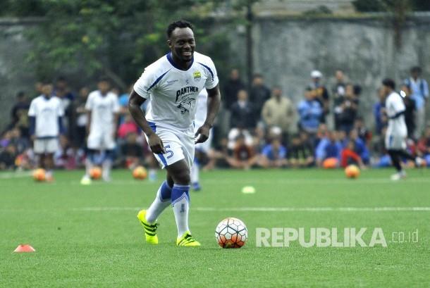 Michael Essien menjalani sesi latihan perdananya bersama Persib di Lapangan Lodaya, Kota Bandung, Kamis (30/3).