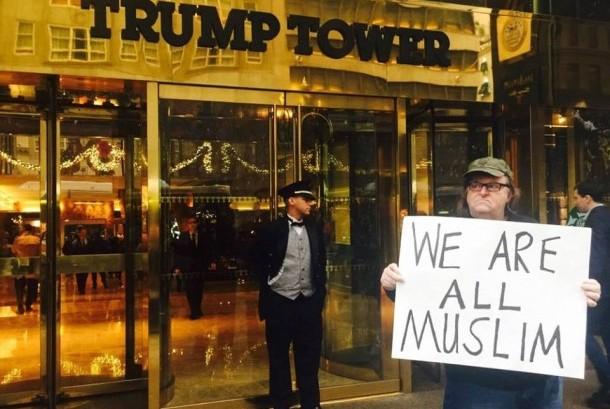 Michael Moore berunjuk rasa di depan Trump Tower