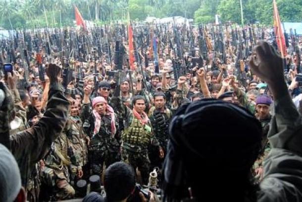 Milisi Front Pembebasan Nasional Moro (MNLF) mengangkat senjata saat mencapai kesepakatan damai dengan pemerintah Filipina pada 1996.