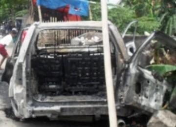 mobil dibakar dalam bentrok Bekasi