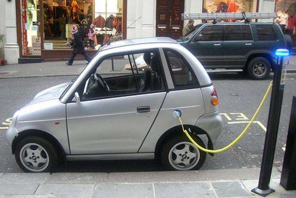 Mobil elektrik tengah mengisi ulang daya listrik di stasiun publik