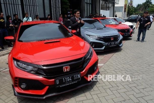 Mobil Honda Civic Type R terparkir saat acara serah terima kepada 10 konsumen pertama di Jakarta, Sabtu (21/10).