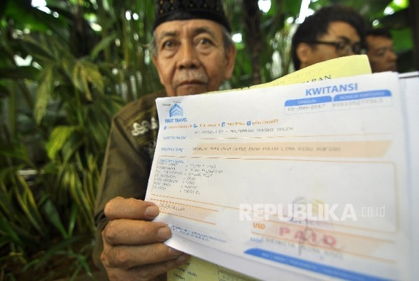 Mochammad Mudhi Soleh (71) customer of First Travel shows his umrah payment receipt at Head Office First Travel, Jalan TB Simatupang, Jakarta, Thursday (August 10). The umrah travel biro license already been revoked by the government.