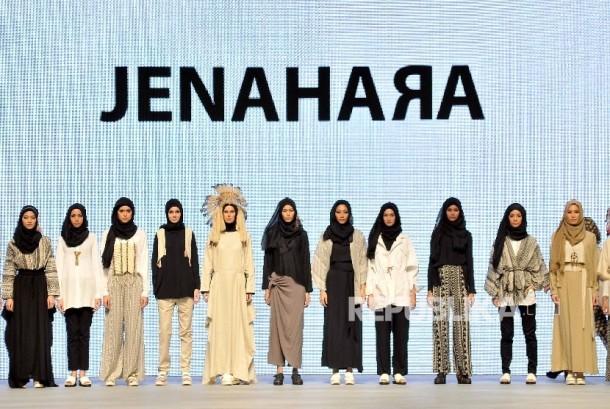 Model memeragakan busana rancangan Jenahara Nasution di ajang Jakarta Fashion Week.