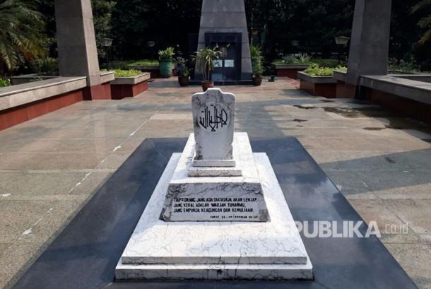 Monumen Ade Irma Suryani Nasution di kawasan Kantor Wali Kota Jakarta Selatan dalam kondisi tak terawat, Selasa (19/9).