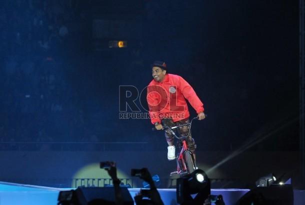 Musisi Glenn Fredly beraksi dalam konser bertajuk 'Menanti Arah' di Istora Senayan, Jakarta, Sabtu (17/10) malam.