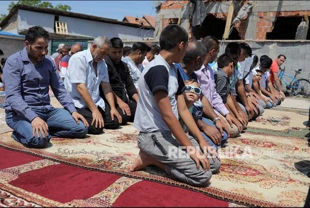 Muslim Belgrade Serbia Shalat Jumat di depan masjid yang telah dirobohkan oleh pemerintah setempat di Disktrik Zemun Polje, Belgrade, Serbia, Jumat (2/7). Pemerintah menganggap bangunan didirikan secara ilegal sehingga harus dirobohkan/