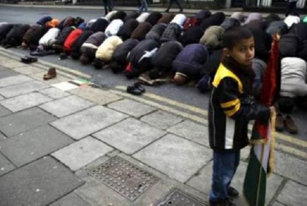 Muslim Irlandia shalat berjamaah.