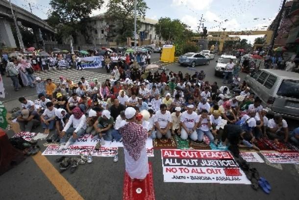 Muslim Mindanao menggelar shalat berjamaah dekat Istana Presiden Filipina di Manila, saat berunjuk rasa menuntut kemerdekaan Bangsa Moro.