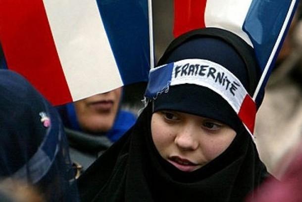 Muslim Prancis saat berunjuk rasa menentang larangan jilbab.
