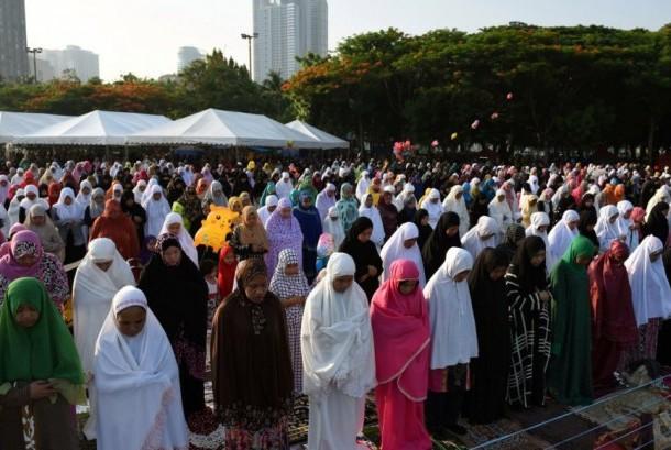 Muslimah melaksanakan shalat Idul Fitri di Luneta Park di Metro Manila, Filipina, 25 Juni 2017.