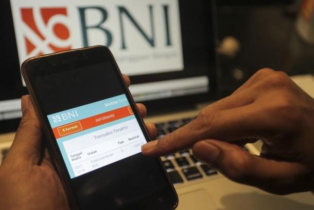 Nasabah BNI mengecek adanya bukti transaksi pembayaran atau potongan Tunggakan by rek sebesar Rp1000 melalui SMS Banking BNI di Jakarta, Kamis (20/10).