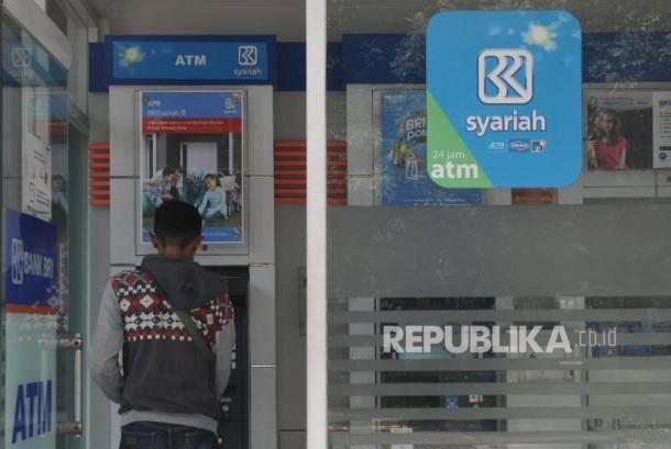 Nasabah melakukan transaksi melalui ATM BRI Syariah di Jakarta (ilustrasi)