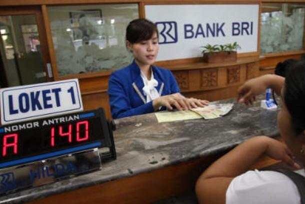 Nasabah mendapatkan pelayanan dari petugas di Kantor Cabang PT Bank Rakyat Indonesia.