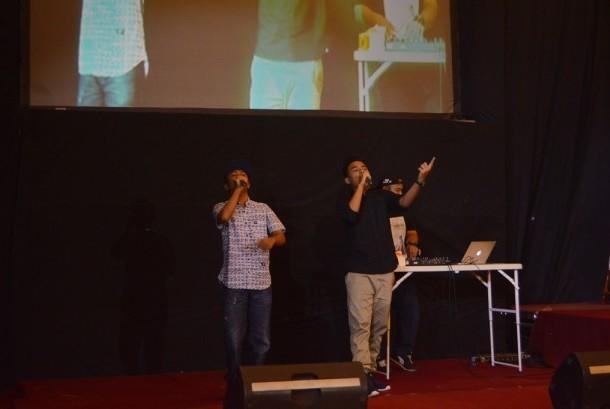 NDX a.k.a Familia tampil memeriahkan Wisuda AMIK BSI Purwokerto Ke-12.