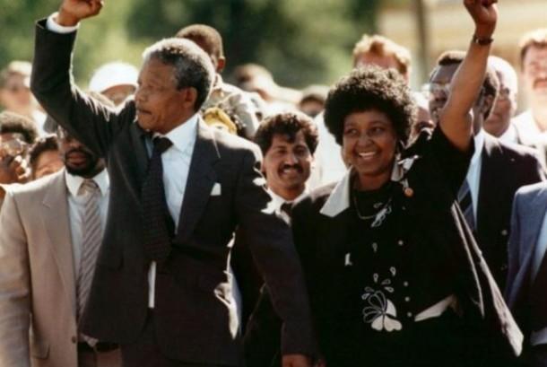 Nelson Mandela dan istri Winnie saat merayakan bebasnya Mandela dari penjara.