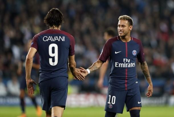 Neymar (kanan) bersalaman dengan Edinson Cavani (kiri)
