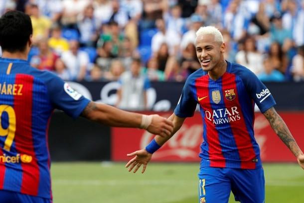 Neymar (kanan) merayakan gol dengan Luis Suarez