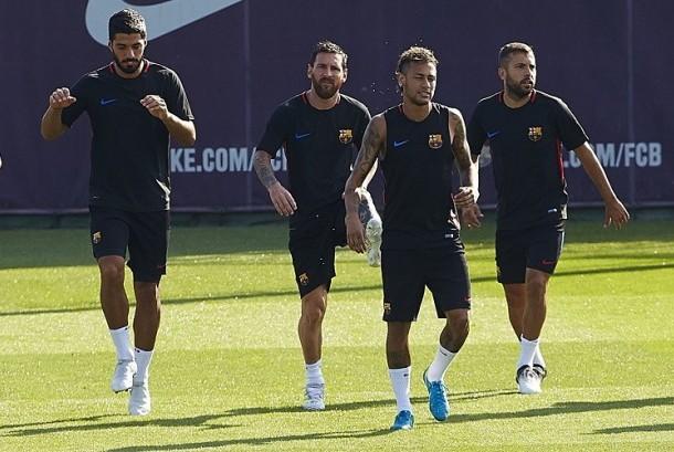 Neymar (kedua kanan) berlatih bersama rekan-rekannya di Barcelona.