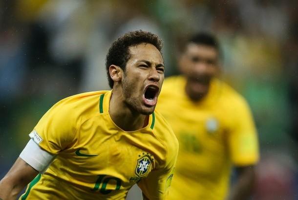 Neymar merayakan gol Brasil ke gawang Paraguay pada laga kualifikasi Piala Dunia 2018 di Arena Corinthians, Rabu (29/3). Brasil menang 3-0.