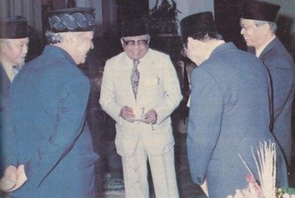 ng dengan Presiden Suharto di Istana Negara.PAK Fachrudin berbincang dengan Presoden