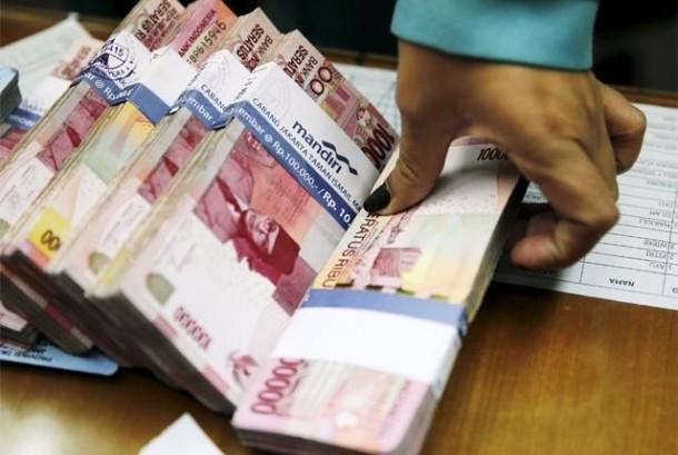 Pemerintah daerah (Pemda) yang mengendapkan anggaran daerah di bank akan dikenai sanksi oleh Kementerian Keuangan