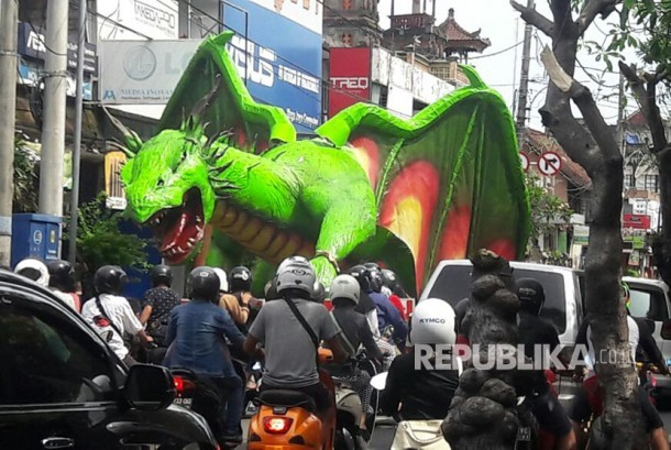 Ogoh-ogoh siap diarak untuk menyambut Nyepi di Bali.