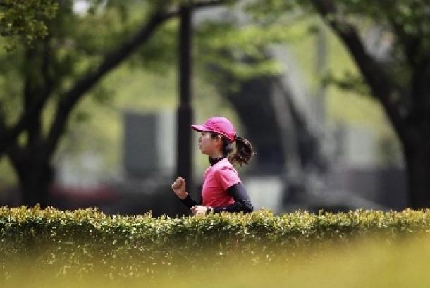 Olahraga joging membakar lebih banyak kalori dari berjalan kaki.