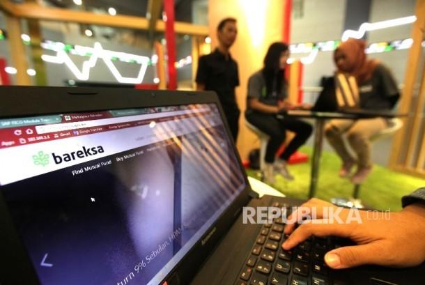 Operator menujukkan website Reksadana Syariah Bareksa di Bursa Efek Indonesia (BEI), Jakarta, Selasa (11/4).