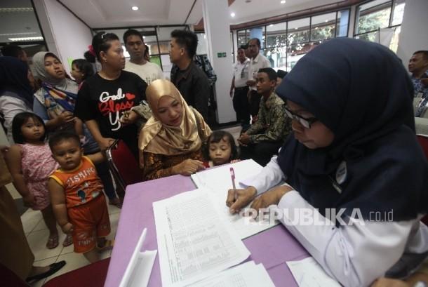 Orang tua mendaftarkan anaknya untuk melaksanakan vaksinasi ulang di RSU Kecamatan Ciracas (Ilustrasi)