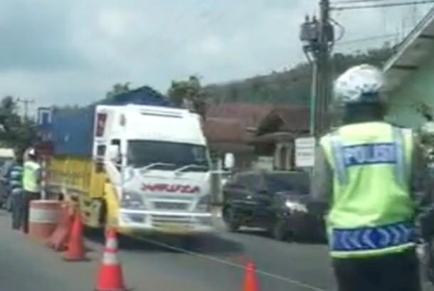 Pada H-4 setiap truk dilarang melintasi pantura. Namun, Polri masih mengizinkan truk bermuatan BBM dan sembako melintasi Pantura.