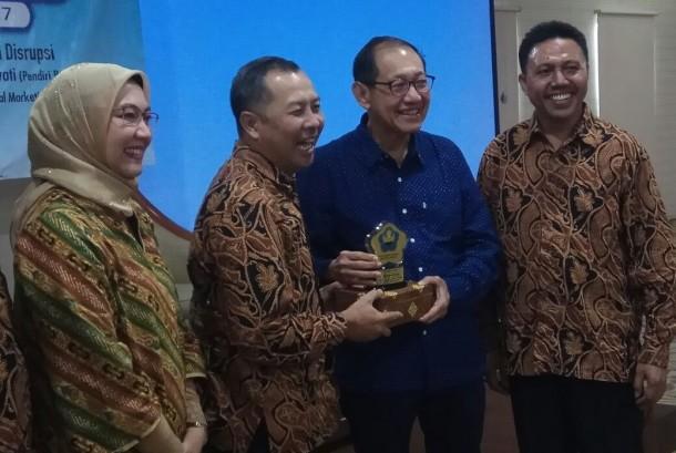 Pakar marketing Hermawan Kertajaya (kedua dari kanan) bersama pengurus Ikapi Pusat dan Ikapi DKI.