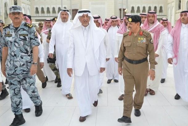 Pangeran Khalid Al-Faisal  bersama para penjaga keamanan Masjidil Haram.
