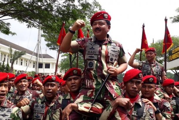 Panglima TNI Marsekal Hadi Tjahjanto dipanggul dan diarak oleh pasukannya saat menuju kendaraannya di Mako Kopassus, Cijantung, Jakarta Timur, Senin (18/12).