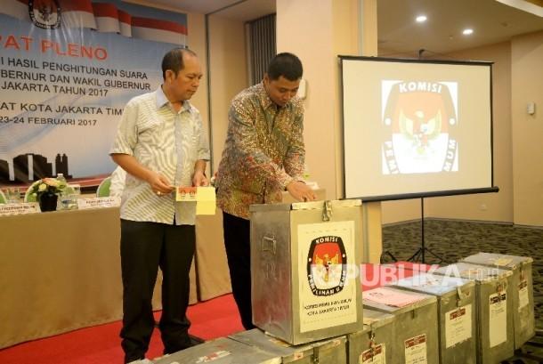 Panitia melakukan penyegelan kotak suara usai rapat pleno rekapitulasi hasil perhitungan suara Pilkada DKI Jakarta 2017 tingkat kota administrasi Jakarta Timur, Jumat (24/2).