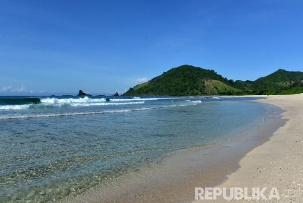 Pantai Teluk Mekaki terletak di ujung selatan barat pulau Kecil Lombok. (Republika/Wihdan)