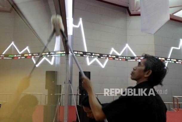 Papan elektronik yang menunjukkan pergerakan indeks harga saham gabungan (IHSG) di gedung Bursa Efek Indonesia, Jakarta, Kamis (7/9).