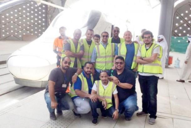 Para crew kereta api 'Haramain' berpose bersama di stasiun kereta api jeddah.