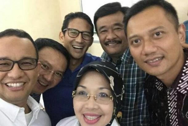 Para pasangan calon (paslon) gubernur dan wakil gubernur yang akan maju di Pilkada DKI Jakarta melakukan swafoto (selfie).