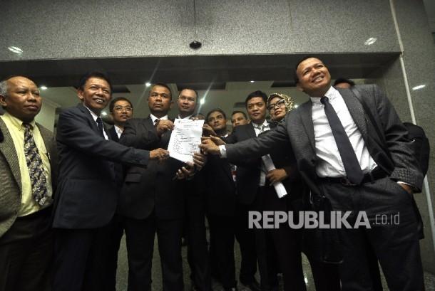 Para pejabat Advokat Cinta Tanah Air (ACTA) memperlihatkan pengajuan surat permohonan Uji Materiil Undang-Undang Pemilu 2017 terhadap UUD 1945 ke Mahkamah Konstitusi (MK), Jakarta Pusat, Senin (24/7).