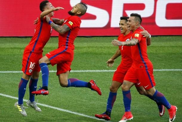 Para pemain Cile merayakan gol Martin Rodriguez pada laga Piala Konfederasi 2017 lawan Australia di Moskow, Rusia, Ahad (25/6). Laga berakhir 1-1.