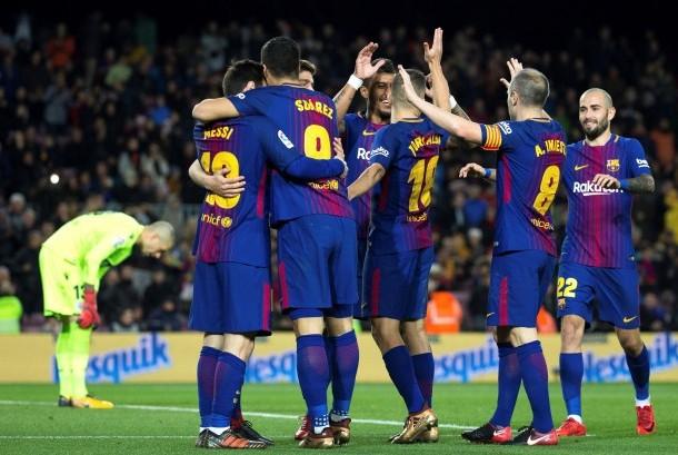 Para pemain FC Barcelona merayakan gol Luis Suarez ke gawang Deportivo La Coruna di Camp Nou, Barcelona, Katalunya, Spanyol, Senin (18/12) dini hari WIB.
