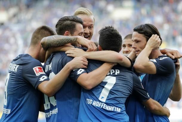 Para pemain Hoffenheim merayakan gol pada laga Bundesliga lawan Schalke 04 di Sinsheim, Sabtu (23/9). Hoffenheim menang 2-0.