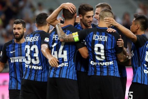 Para pemain Inter Milan merayakan gol Ivan Perisic (tengah) ke gawang Fiorentina pada laga Serie A di Giuseppe Meazza pada Senin (21/8) dini hari WIB. Inter menang 3-0.