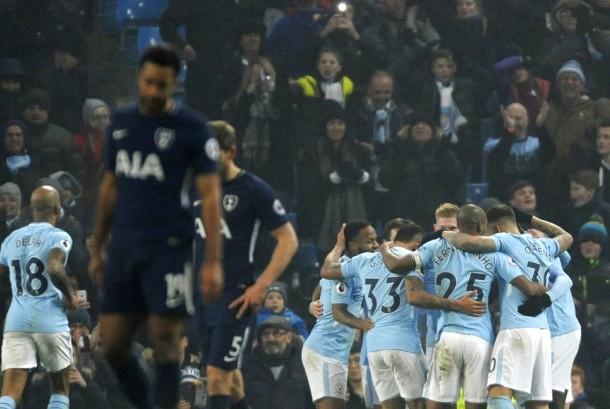 Para pemain Manchester City (kanan) merayakan gol keempat ke gawang Tottenham Hotspur pada laga Liga Primer Inggris di Stadion Etihad, Sabtu (16/12). City menang 4-1 pada laga ini.