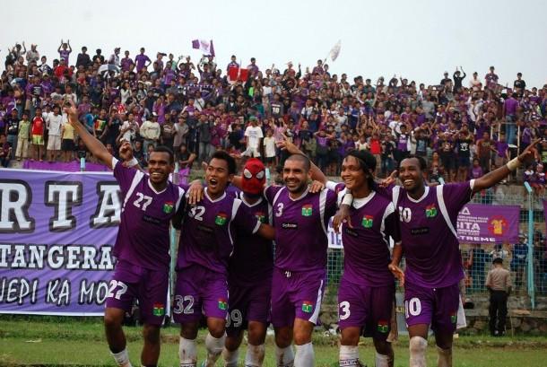 Para pemain Persita Tangerang dalam sebuah laga di stadion Benteng, Tangerang.