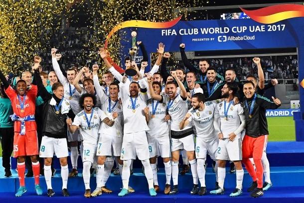 Para pemain Real Madrid melakukan selebrasi setelah mengalahkan Gremio 1-0 pada final Piala Dunia Antarklub 2017 di Abu Dhabi, Sabtu (17/12).