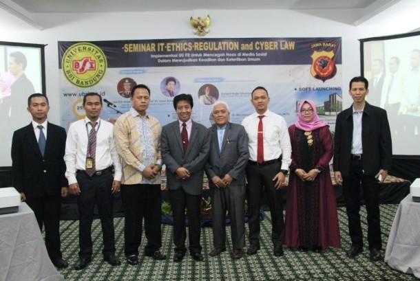 Para pembicara seminar cyber law yang diadakan Universitas BSI Bandung berfoto bersama dengan Koordinator Kopertis Wilayah IV Jabar dan Banten Prof Uman Suherman.