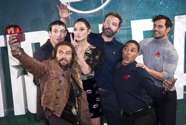 Para pemeran Justice League diantaranya Ben Affleck, Jason Momoa, dan Gal Gadot berpose bersama di pemutara perdana film tersebut.